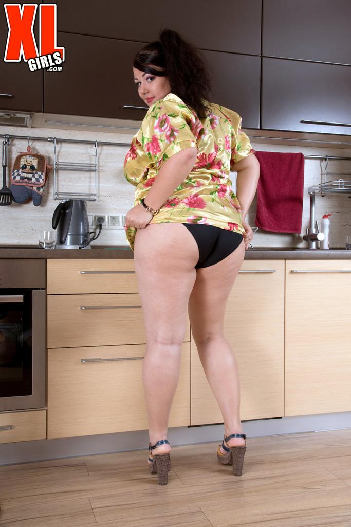 Толстая похотливая брюнетка хорошо проводит время на кухне