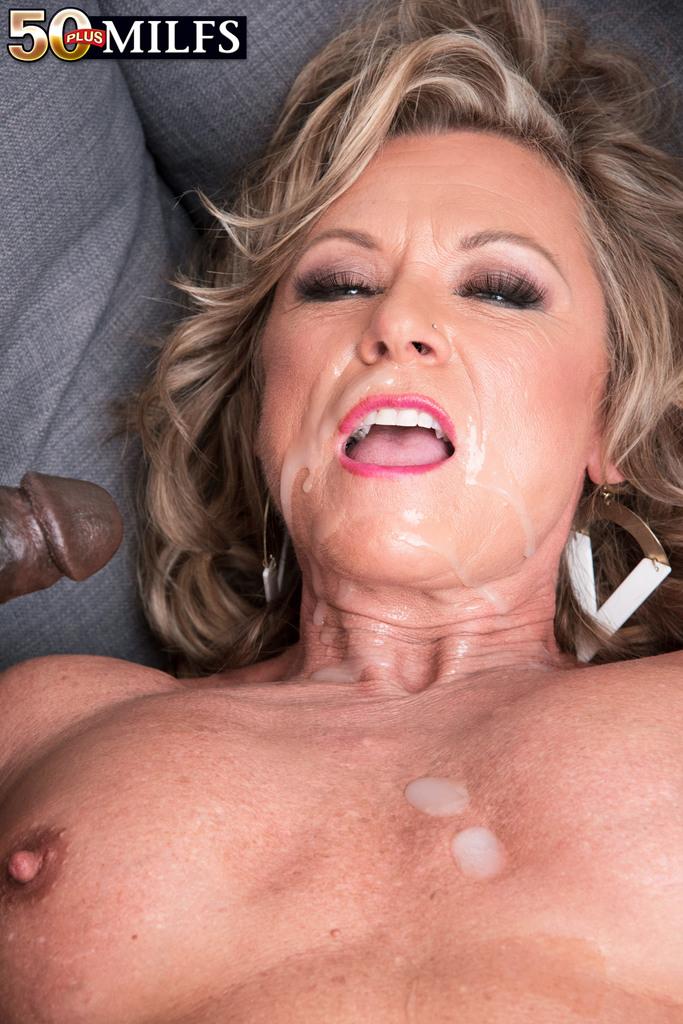 Зрелая женщина живет межрасовой сексуальной фантазией