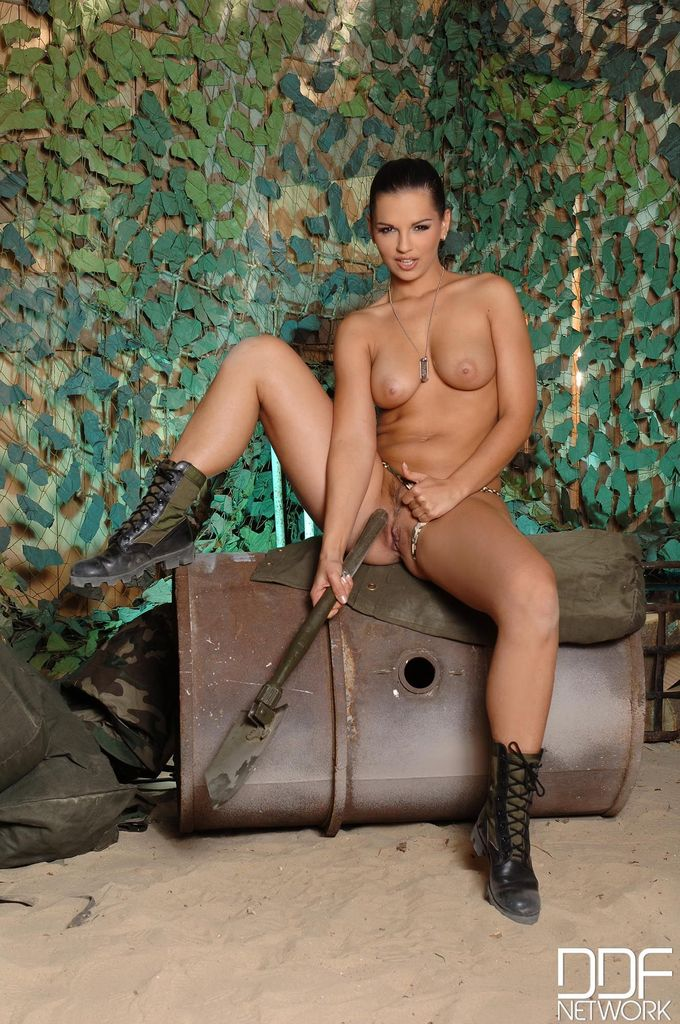 Горячая мастурбация длинноволосой брюнетки в военной форме