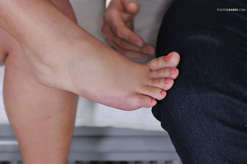 Парень получил оргазм и спустил сперму на красивые ножки брюнетки