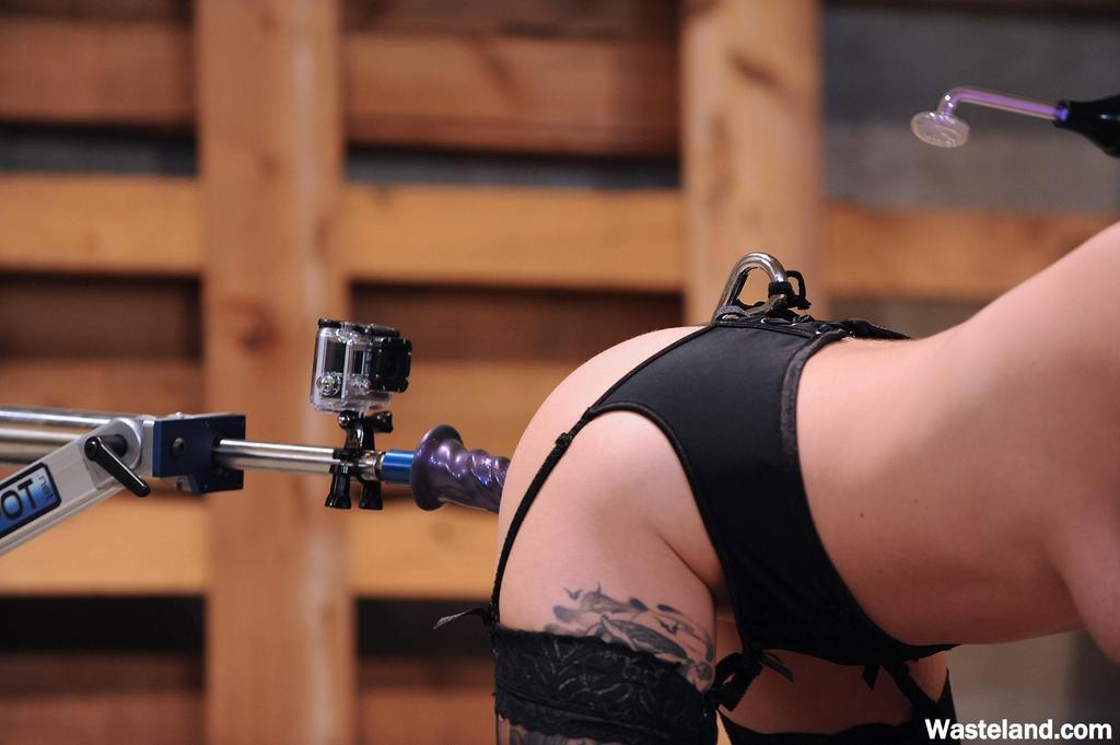Горячая девушка-эмо в черных чулках наслаждается анальным сексом с помощью секс-машины