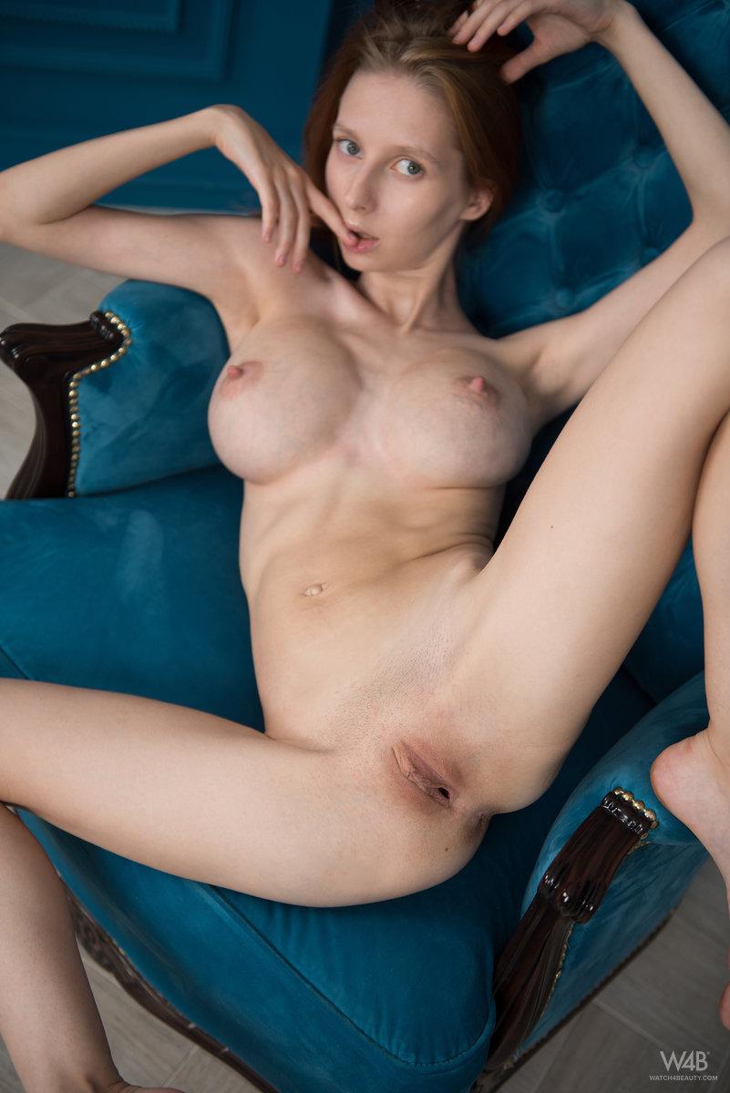 Тоненькая девица и ее большая силиконовая грудь