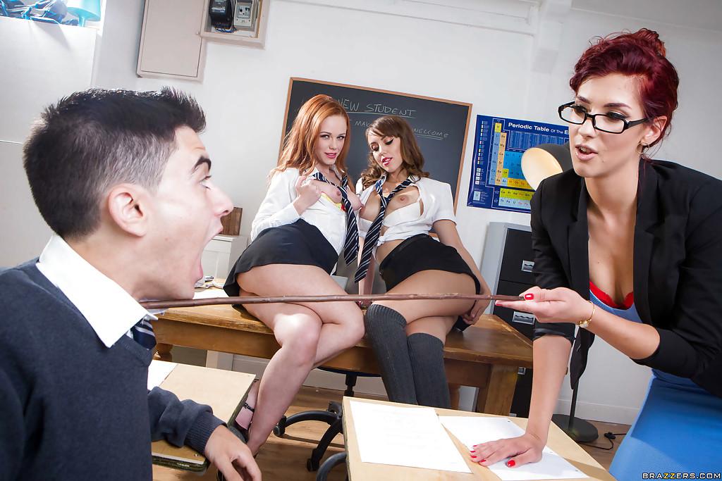 Порно со студентками на школьном столе в классе