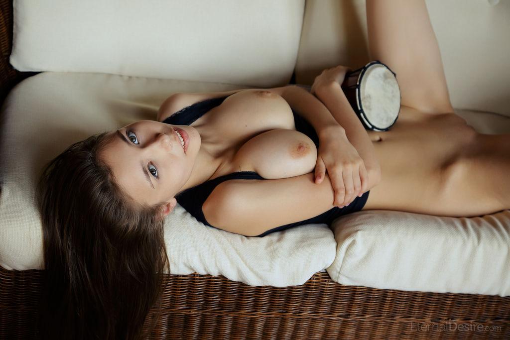 Чувствительная мастурбация от привлекательной брюнеточки