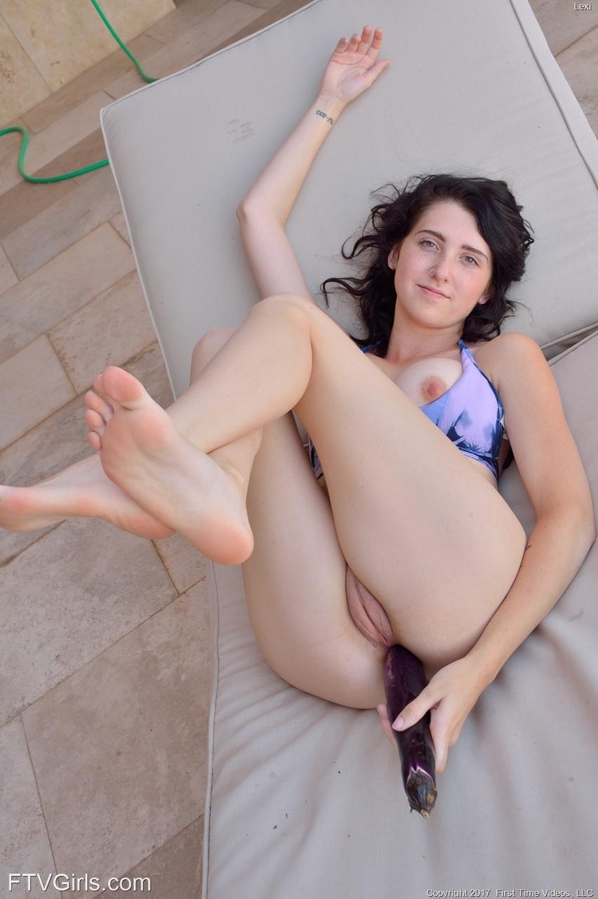 С трудом вставила большую секс игрушку в задний проход
