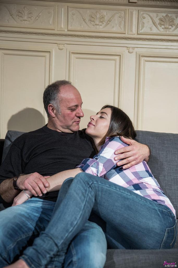 Молодая девушка соблазняет отчима на диване в гостиной