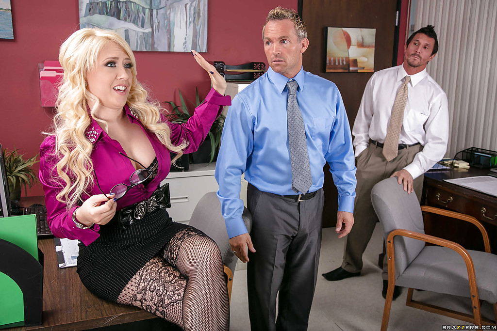 Секретаршу с шикарными формами оприходовали на рабочем месте