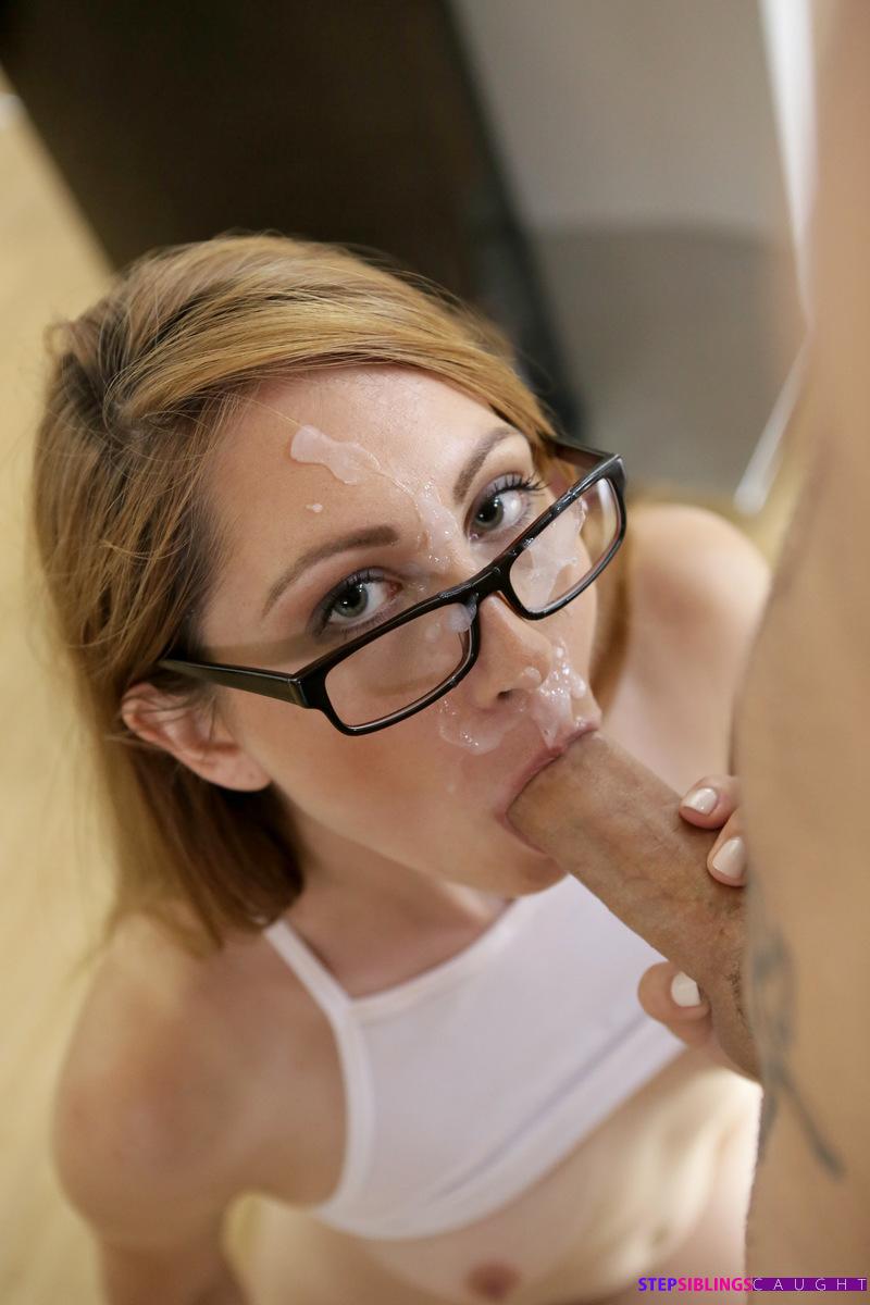 Девушка в очках разводит одногруппника на половое сношение