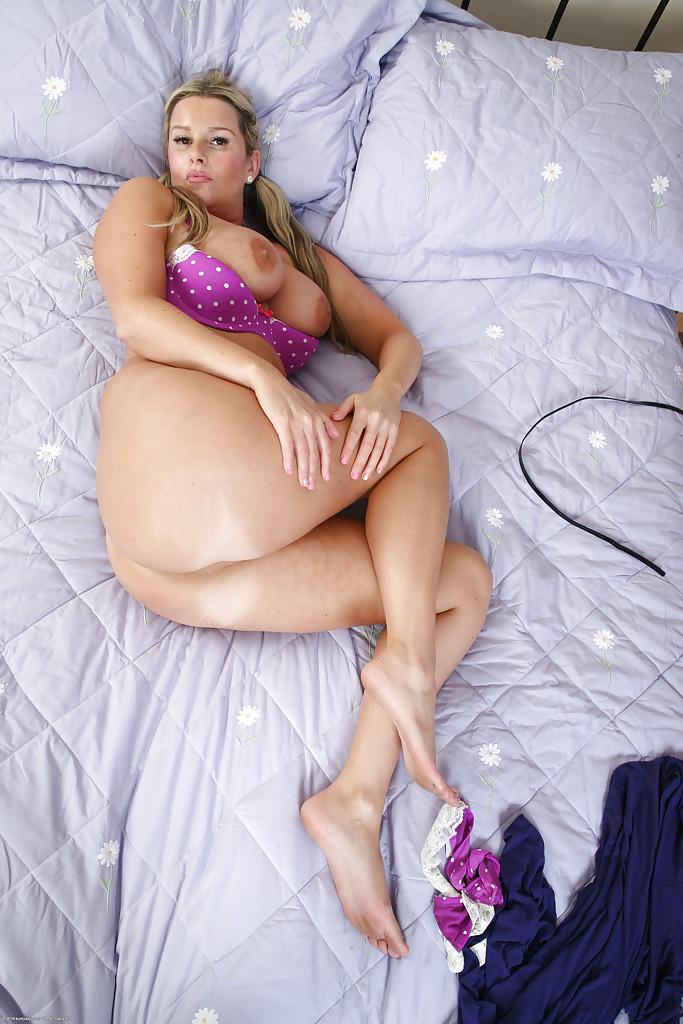 Шикарная блондинка Джессика с большими сиськами и горячими дырочками