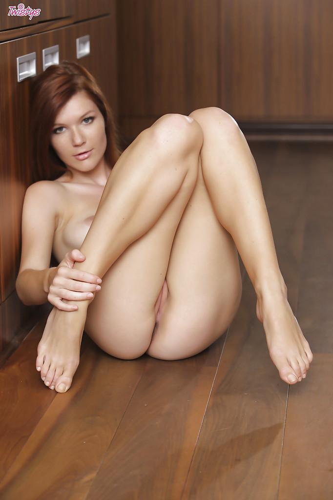 Обнаженная молодушка разлеглась на полу и откровенно попозировала