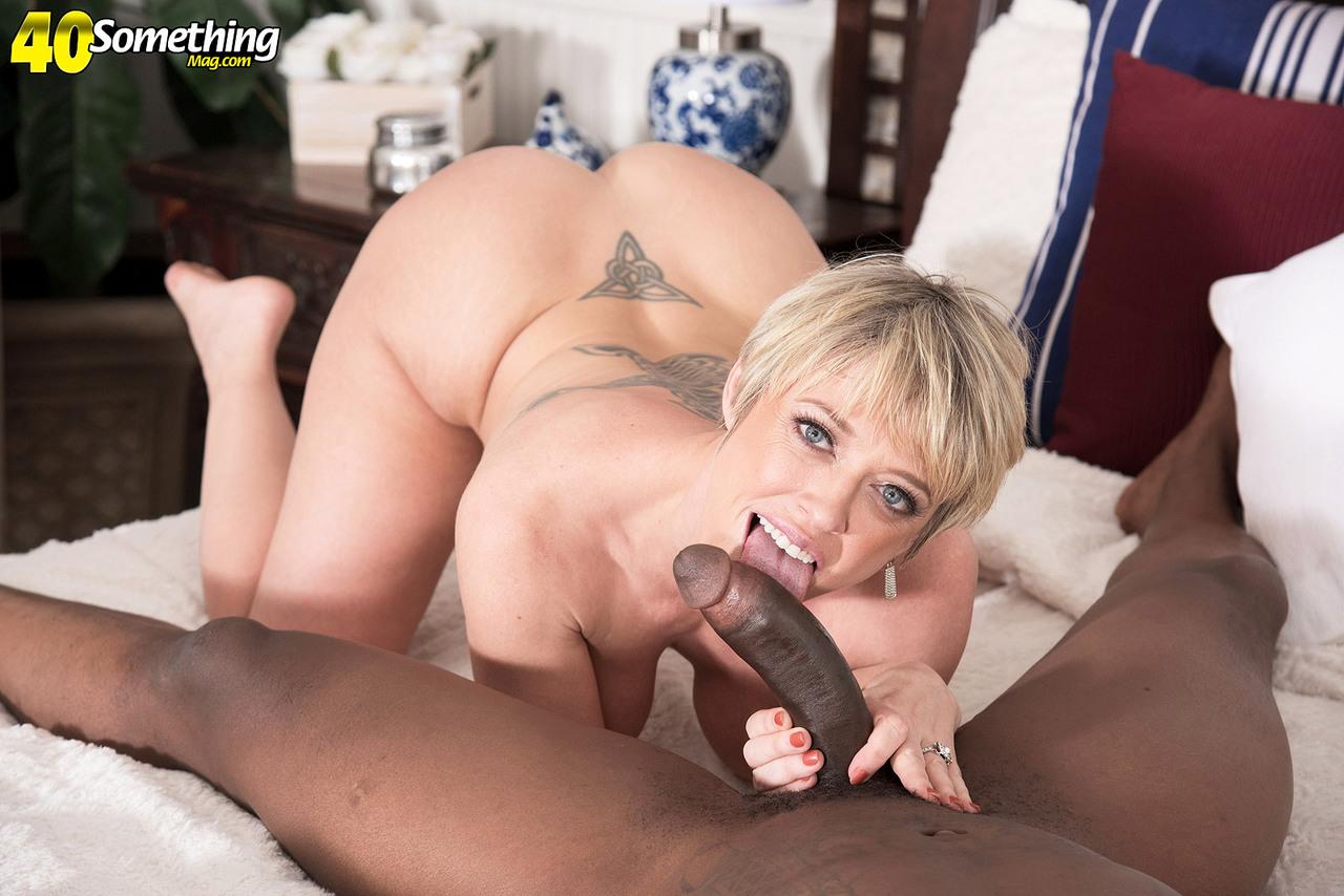 Сексуальные развлечения зрелой потаскухи и мускулистого негра