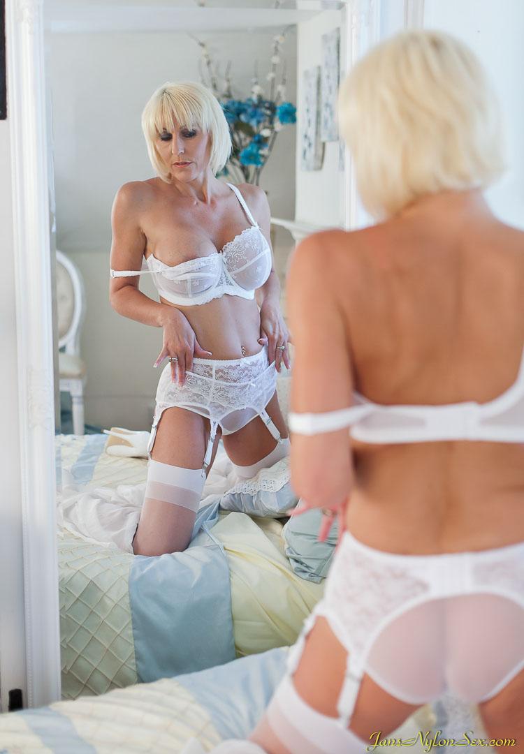 Мастурбация от белокурой женщины в белом нижнем белье