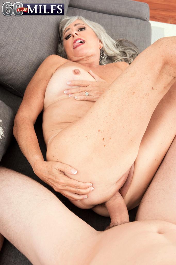 Откровенная старушка наслаждается большим членом бритоголового чувака