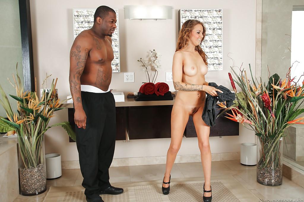 Горячая девка удовлетворила мускулистого темнокожего мужика в ванной