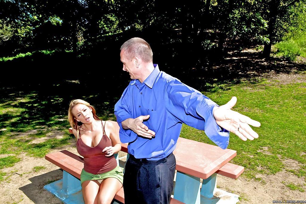 Домохозяйка Nikki Sexx насаживается влажной пиздой на стоячий член