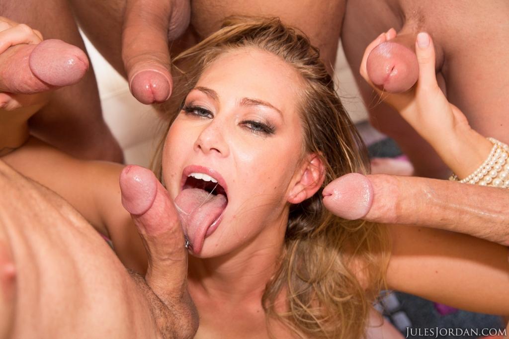 Порно звезда удовлетворила сразу нескольких крепких парней