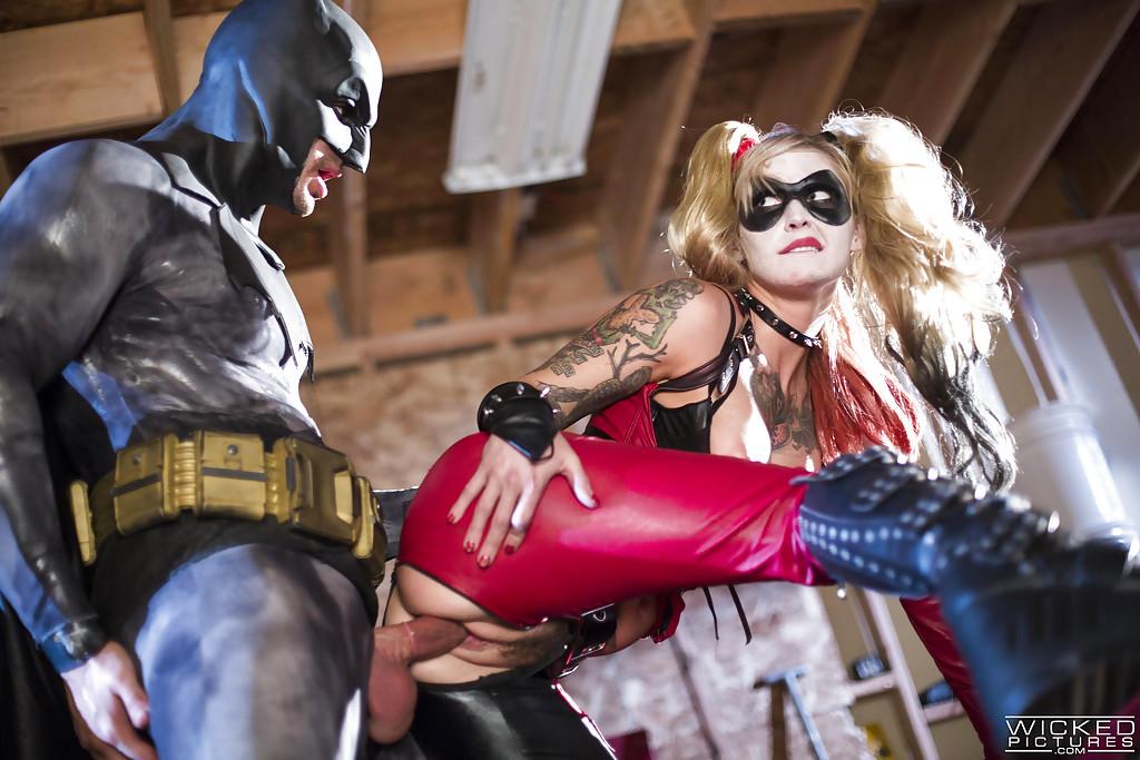 Красотка Kleio Valentien трахается с парнем в костюме Бэтмена