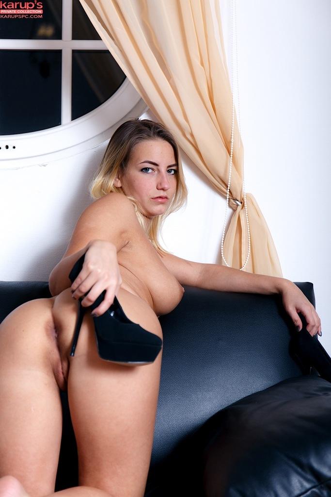 У обворожительной блондинки очень красивые дырочки