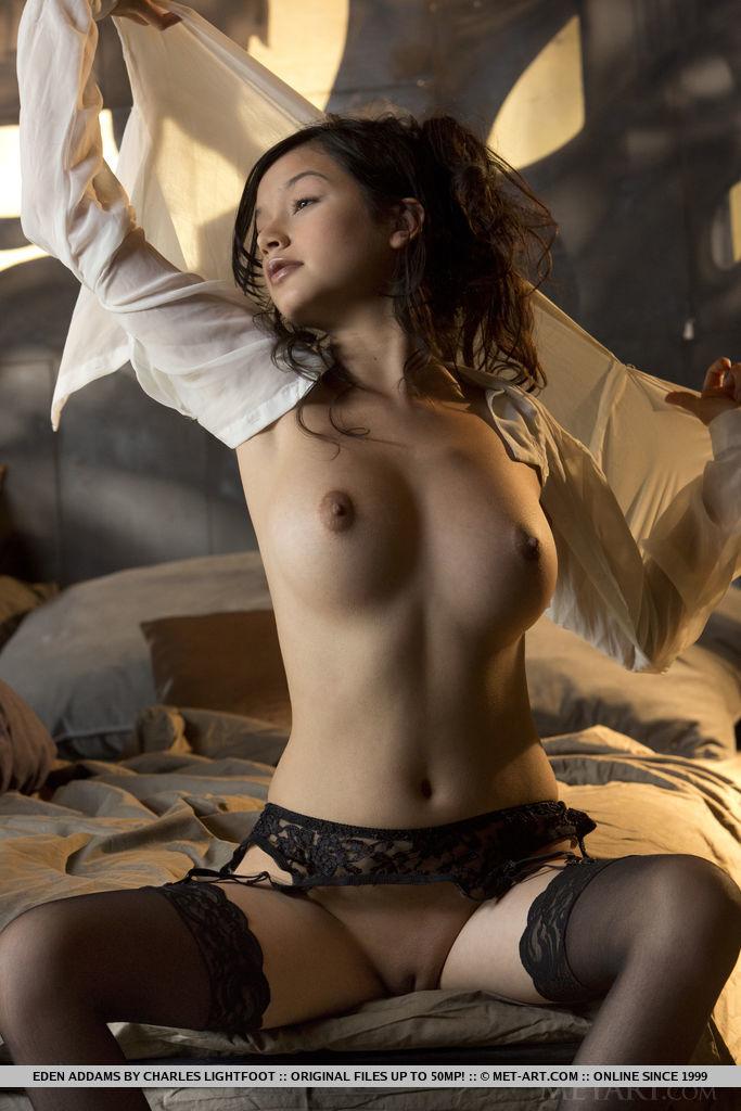 Сексуальная девушка в чулках умеет красиво позировать