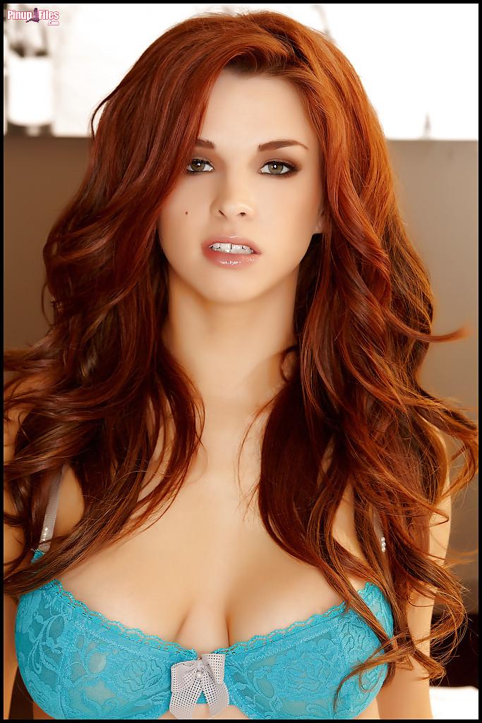 У рыжеволосой девушки Сабрины красивые упругие сиськи