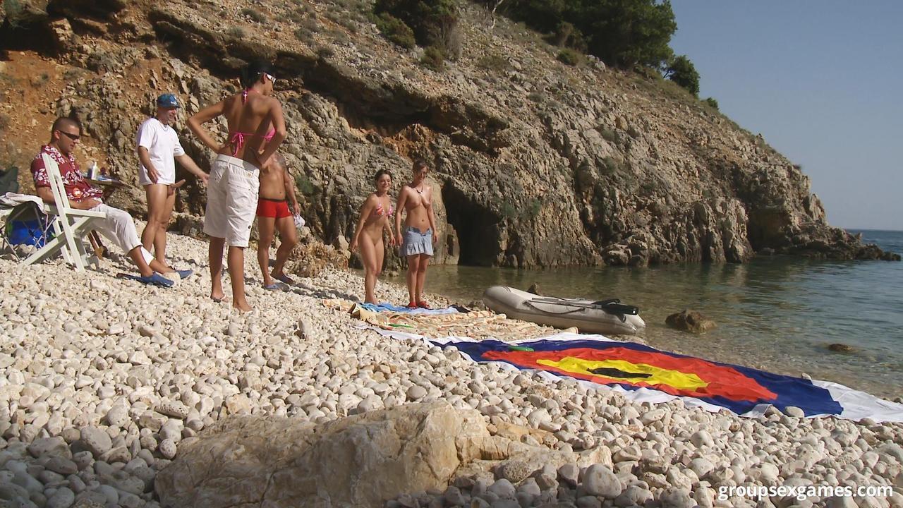 Групповой секс с жаркими красавицами на нудистском пляже