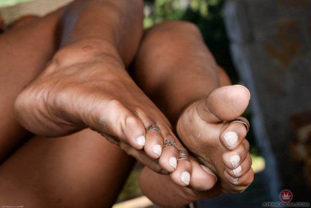Чернокожая потаскуха с удовольствием демонстрирует горячие дырки