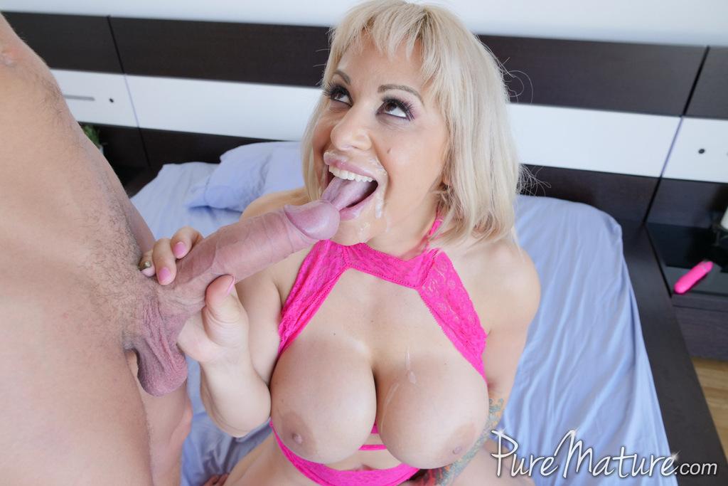 Восхитительная мамаша прижимает пенис к большим шикарным сиськам