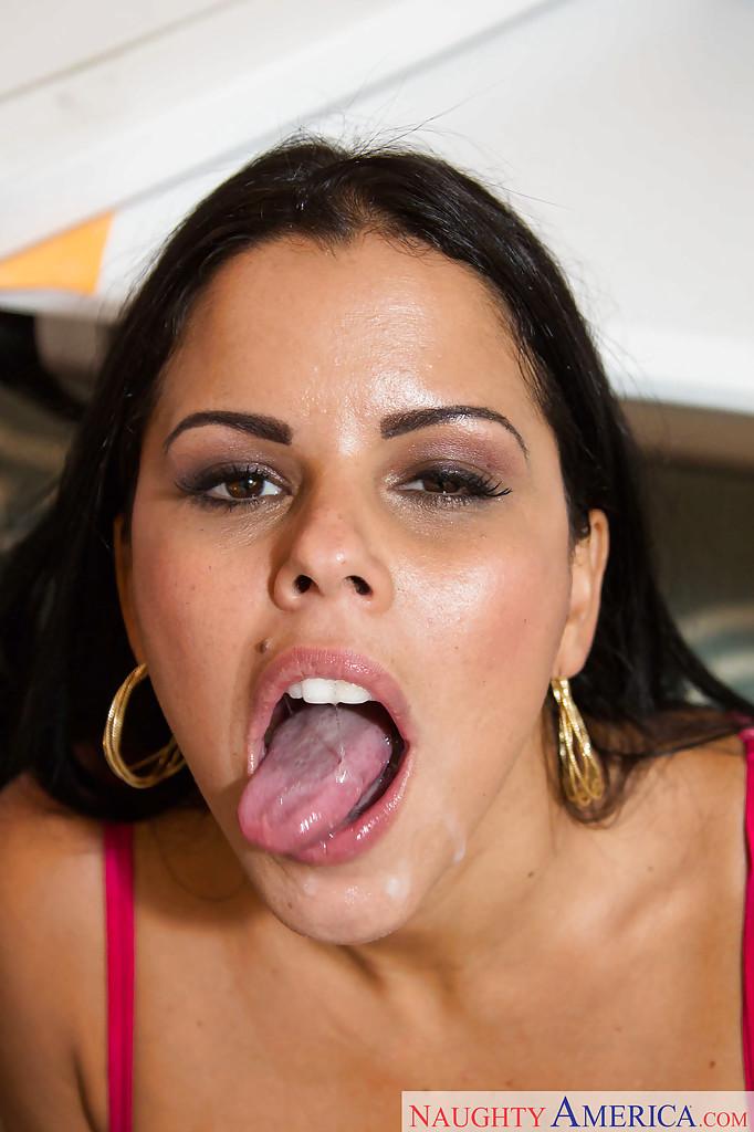 Оральный секс с латинской сучкой Diamond Kitty в офисе после работы