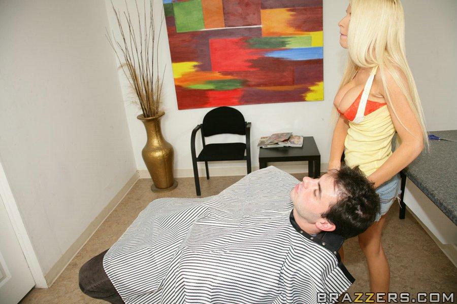 Длинноволосая блондинка с силиконовыми сиськами скачет на хуе