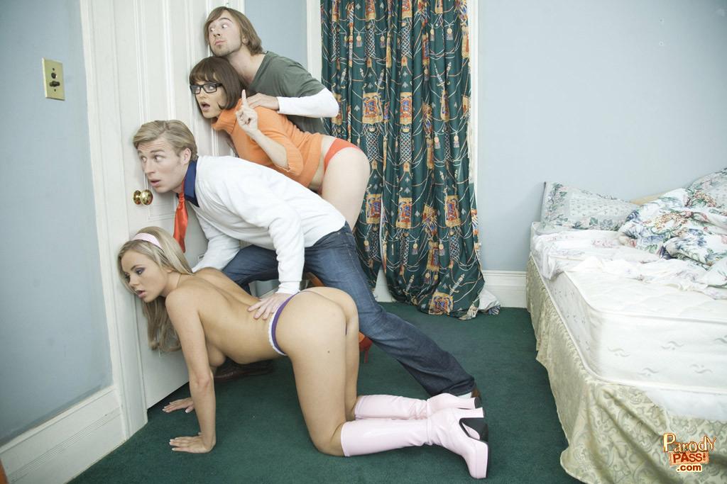 Порно пародия на Скуби Ду: групповой секс с молодыми красотками