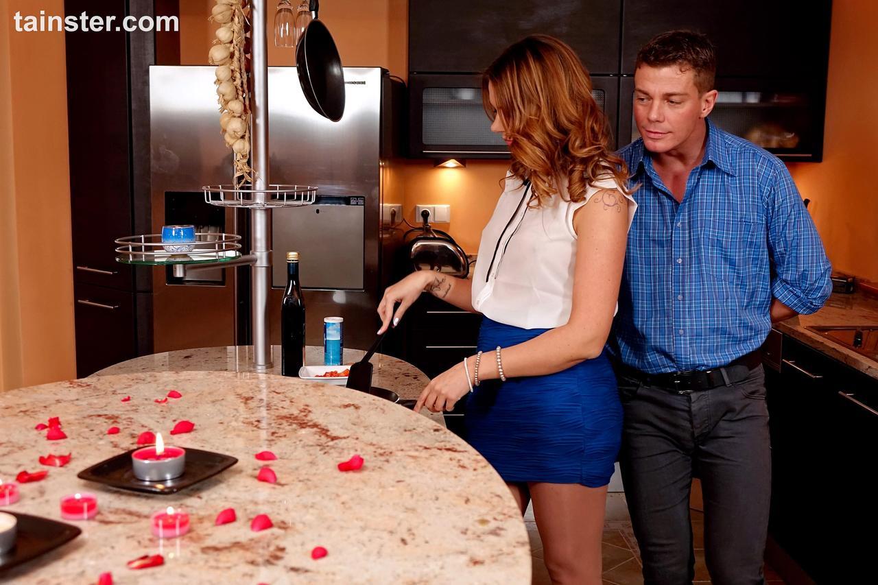 Горячо трахнулись на кухне перед романтическим ужином