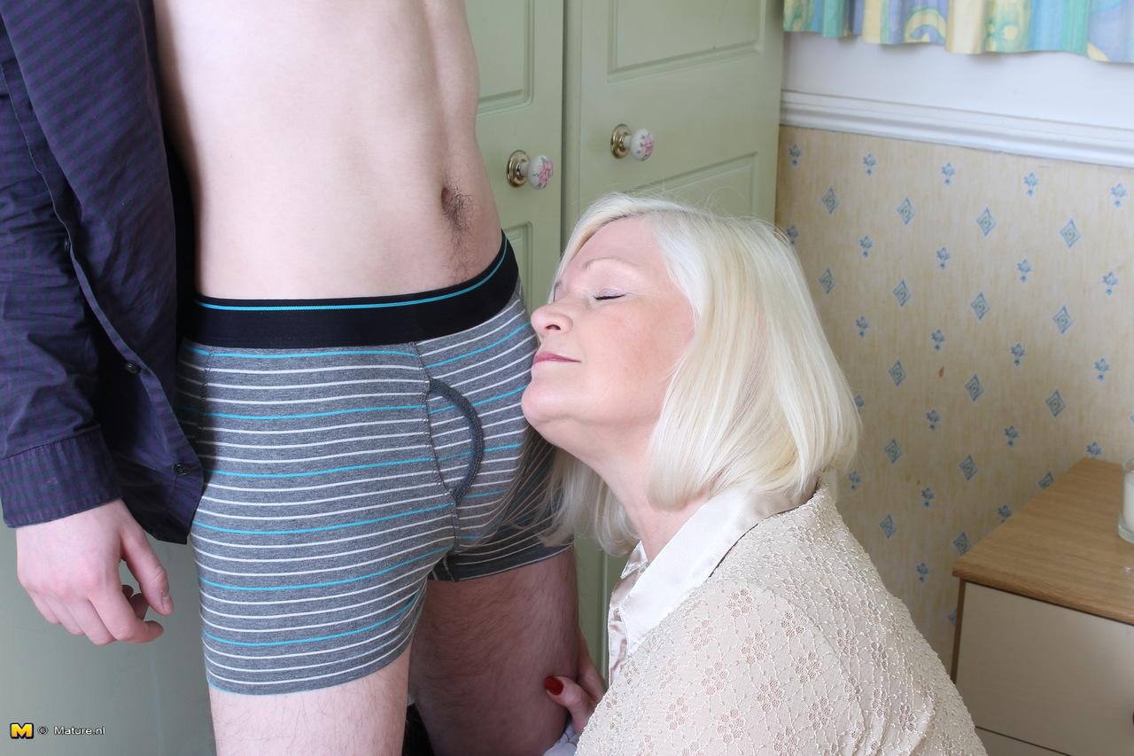 Худощавому чуваку хочется удовлетворить толстую старую блондинку