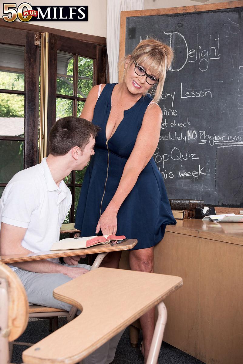 Пышная преподавательница схватилась за член молодого студента