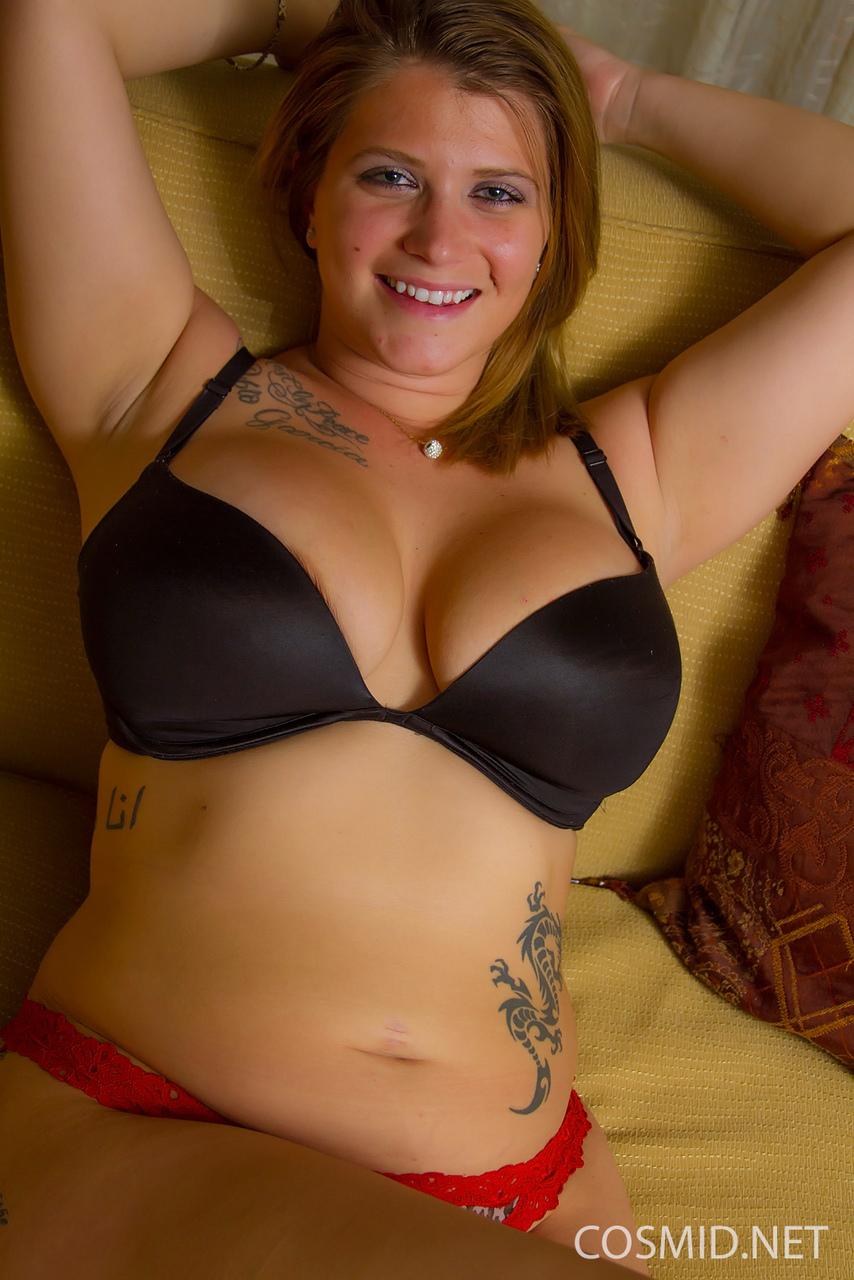 Татуированная толстушка с большими формами снимает с себя одежду
