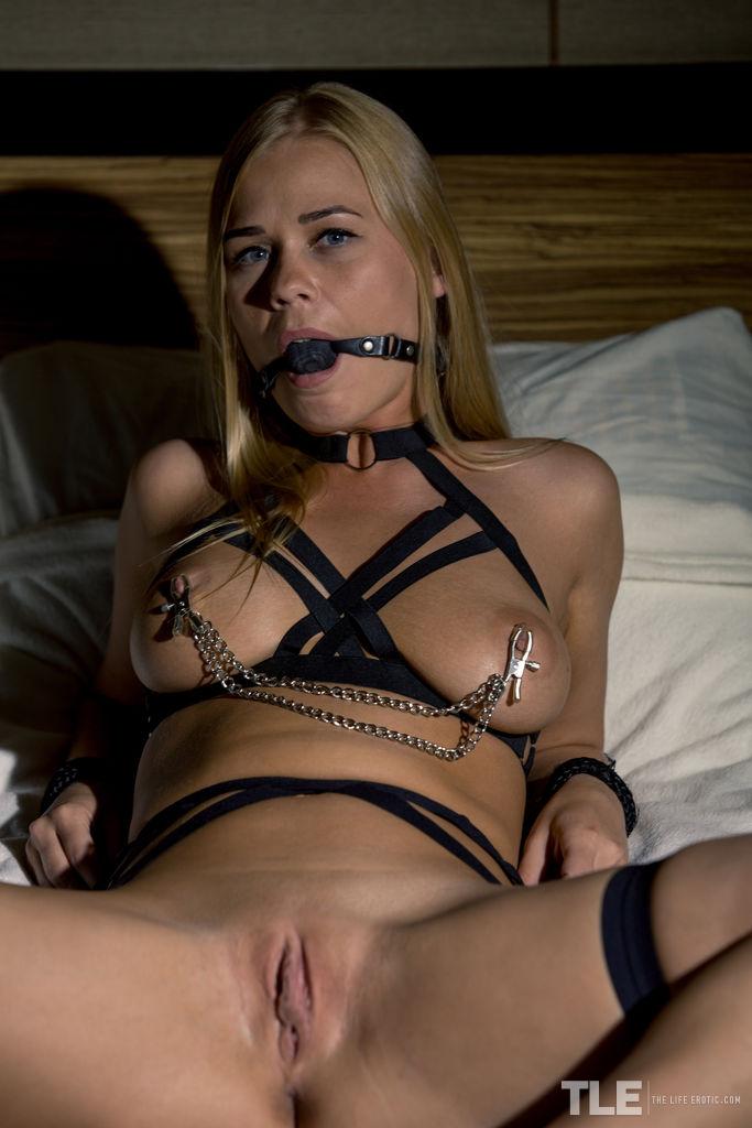 Легкий БДСМ с изумительной девушкой с красивой грудью