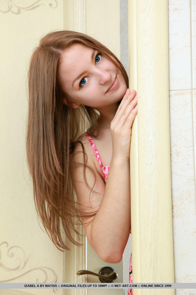 Обнаженная симпатичная девушка с красивыми глазками