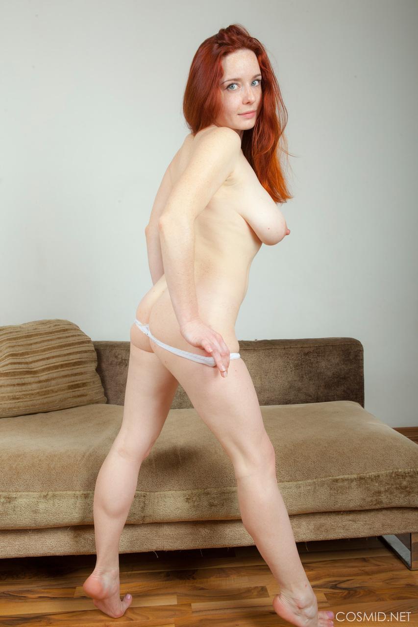 Сексуальная рыжеволосая чертовка с упругими грудями