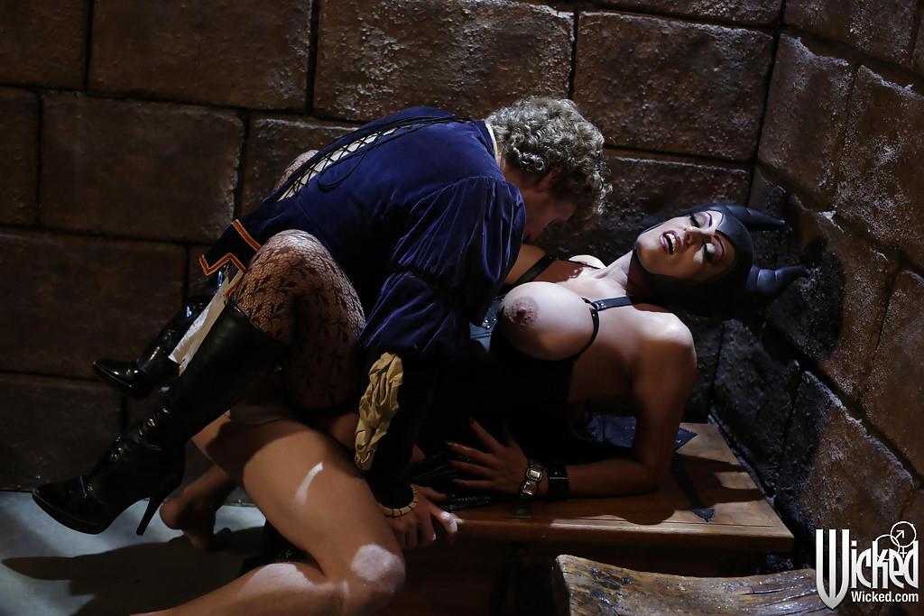 Молодой парень и сучка с большими сиськами занимаются сексом
