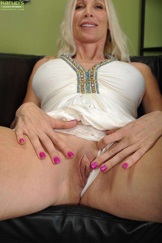Светловолосая старушка с большой грудью показывает бритую пизду