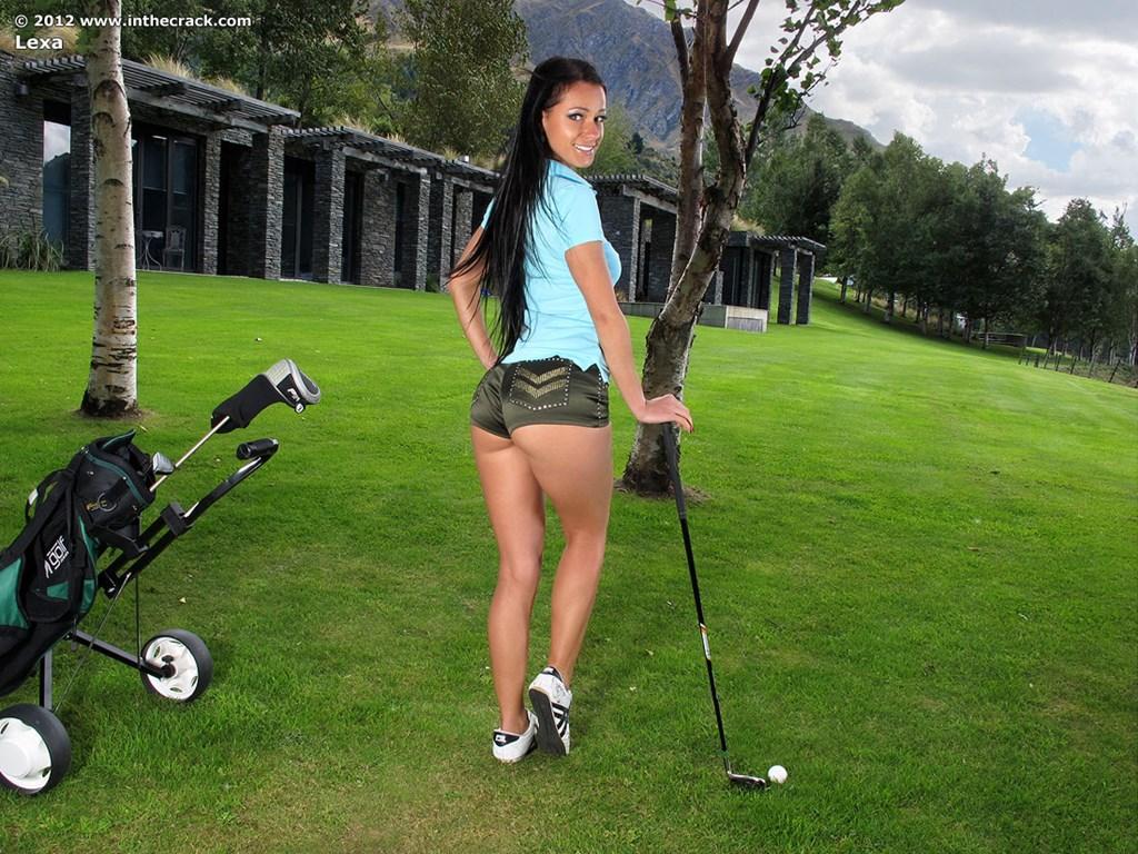 Сладострастная гольфистка позирует под открытым небом