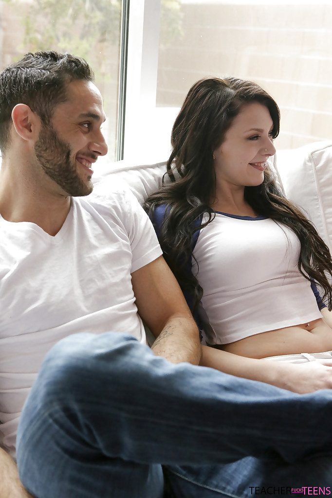 Бородатый парень и две знойные красотки устроили секс втроем