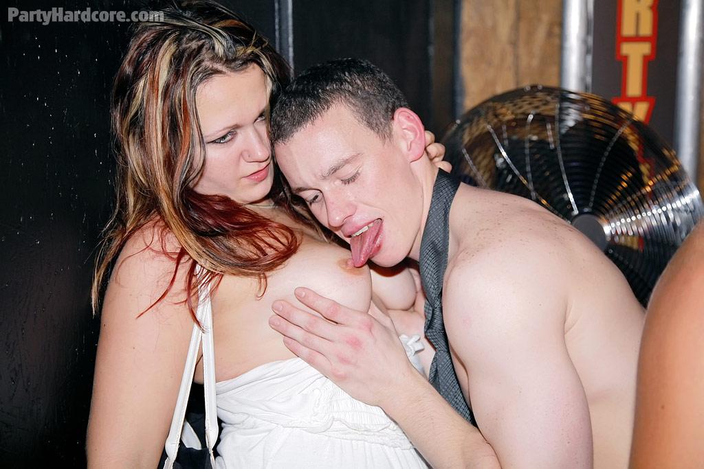 Откровенная порно вечеринка с молоденькими сучками в клубе