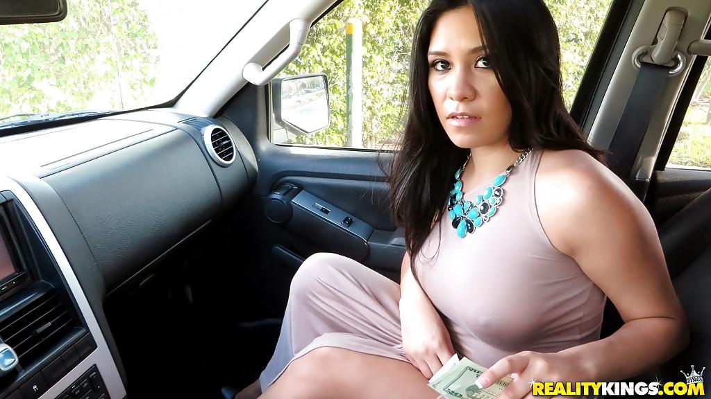 Латинская красотка демонстрирует выбритую киску за деньги