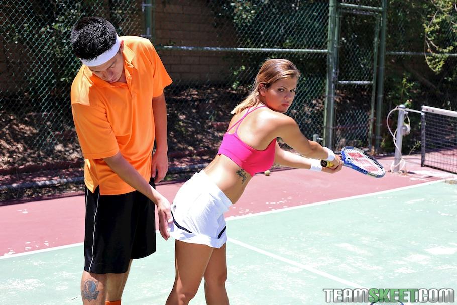 Keisha Grey делает минет знакомому парню на теннисном корте