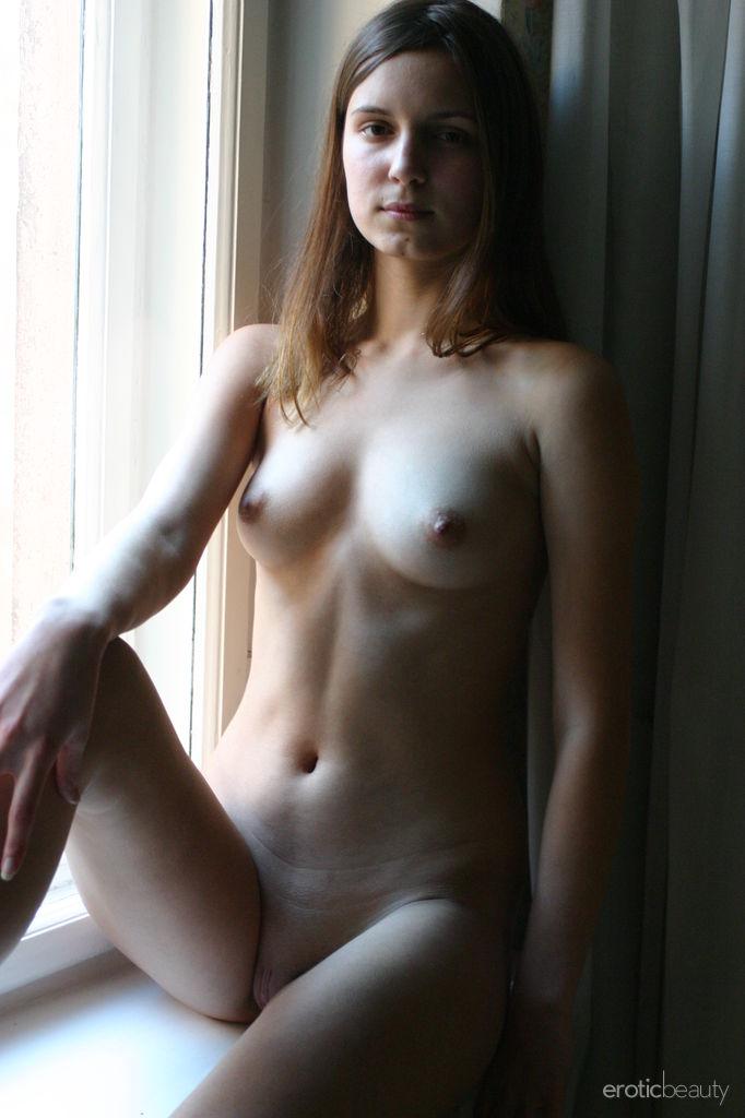 Симпатичная молодка позирует обнаженной в домашней обстановке