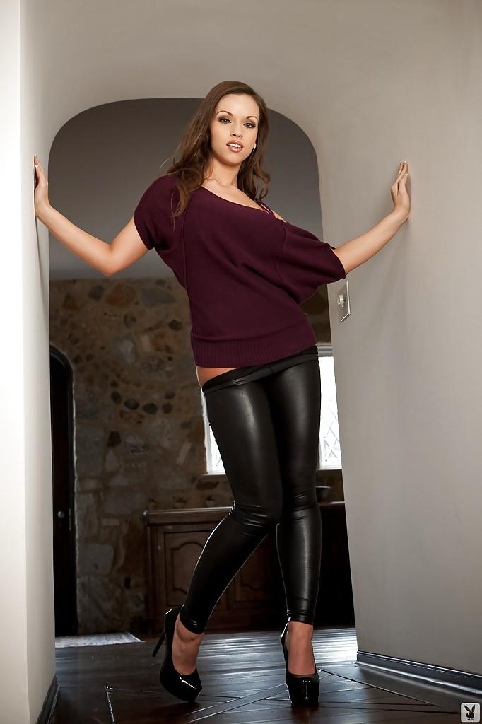 Красавица с большой грудью спускает обтягивающие штаны