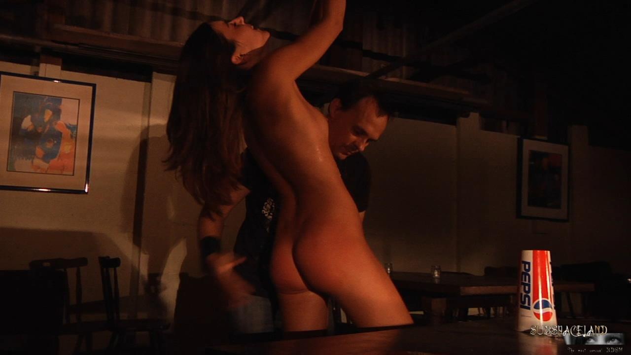 Мужчина устраивает БДСМ для худенькой молодой девицы