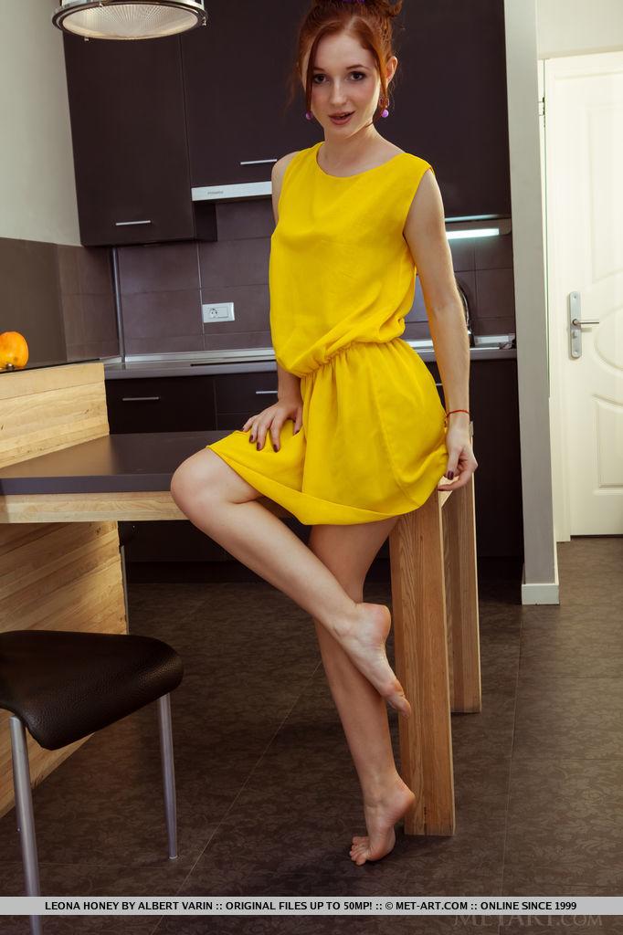 Красотка сняла желтое платье и продемонстрировала все свои прелести