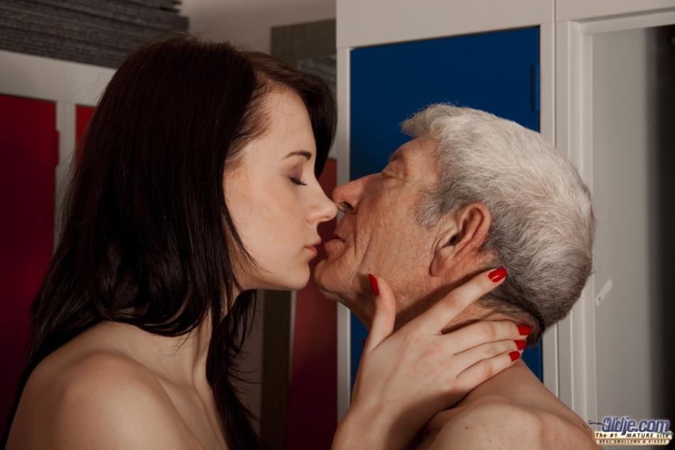 Брюнетистая худышка целуется со стариком, а потом делает ему минет
