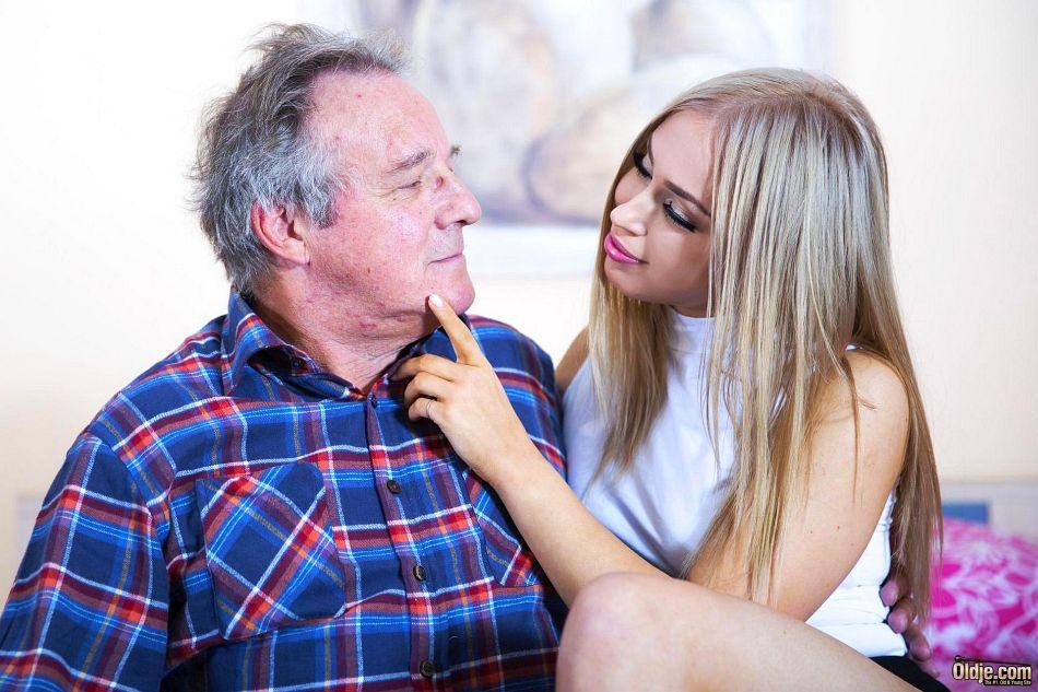 Сексуальная девушка предложила старому мужику вагинальную еблю